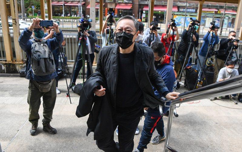 香港警方起訴戴耀廷等47人涉嫌「串謀顛覆國家政權」。28日下午,港大法律學院前副教授戴耀廷,應警方要求提早到馬鞍山警署報到。 (香港中通社)