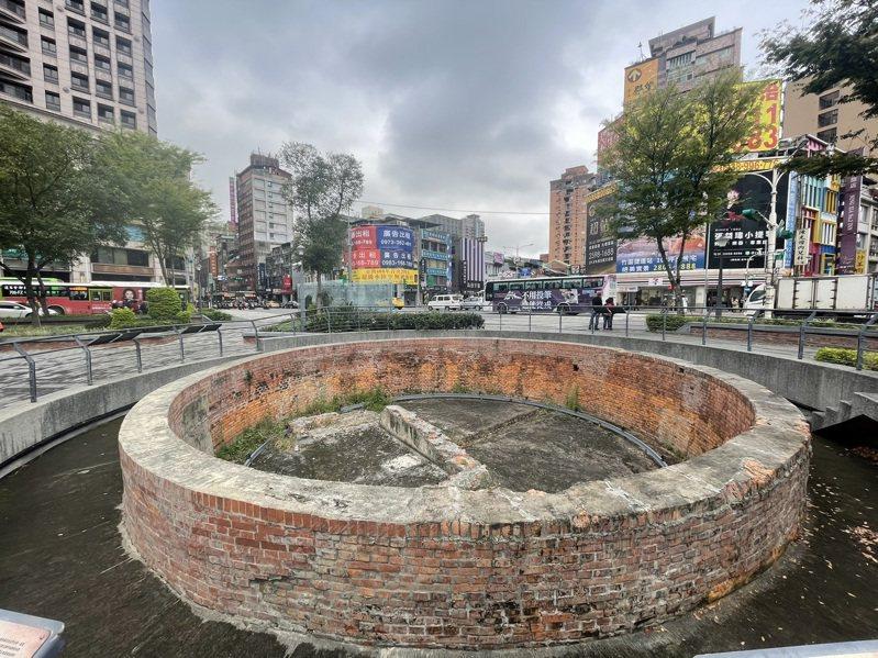 建成圓環廣場內的「大稻埕圓環防空蓄水池」為市定古蹟,若要計畫水舞設備須先通過文資會審議。記者胡瑞玲/攝影