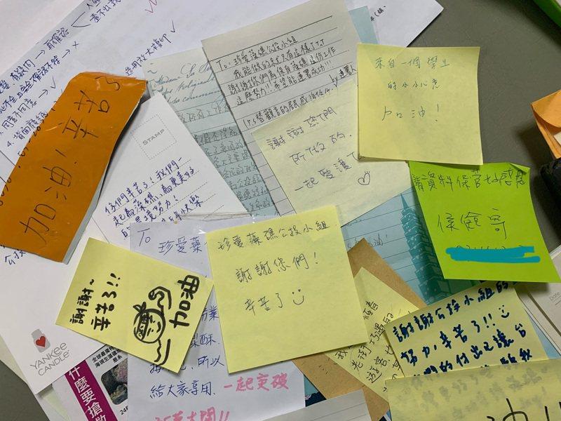 有些人在連署書裡面放了字條、卡片為工作人員加油。記者鄭國樑/攝影