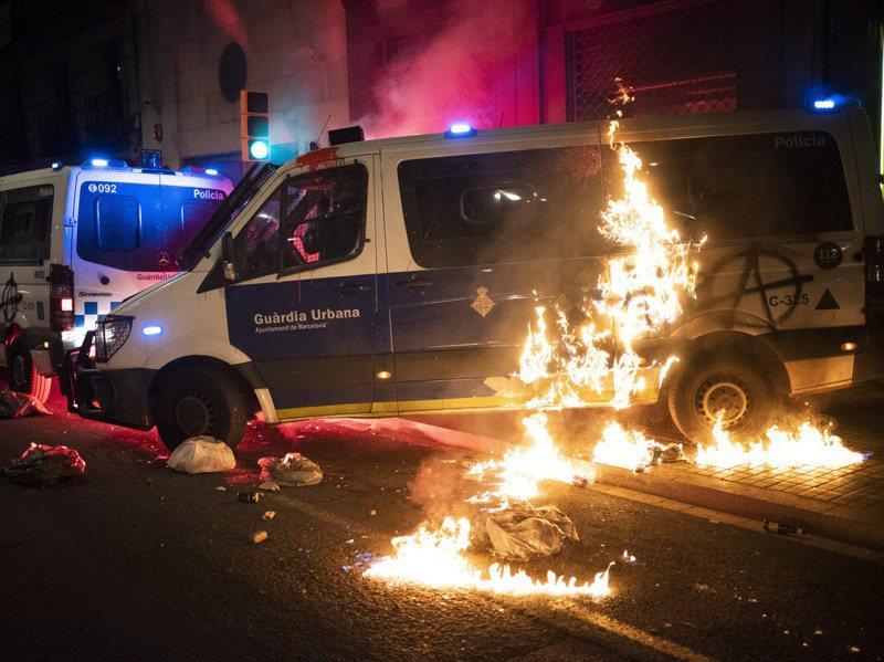 巴塞隆納27日約有2000人上街抗議,呼籲釋放歌手哈塞爾,部分示威者朝警方扔擲玻璃瓶,還有人放火燒警車。美聯社