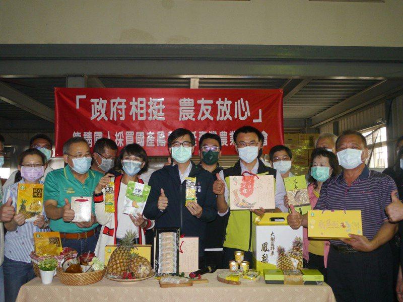 高雄市長陳其邁(左四)邀請農委會主委陳吉仲(右四)一起行銷高雄的鳳梨加工品。記者徐白櫻/攝影