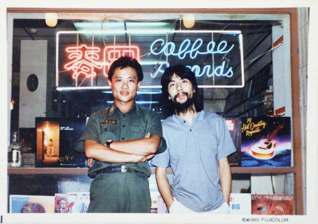 張大春(左)在麥田咖啡館,右為曾一起做音樂的李壽全。翻攝/吳致碩