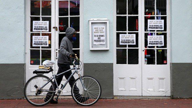 紐奧良波旁街旁酒吧因防疫規定歇業。(路透)
