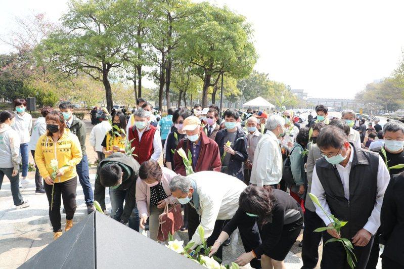 台南市府昨舉辦228紀念活動,約百人參與。圖/台南市府提供