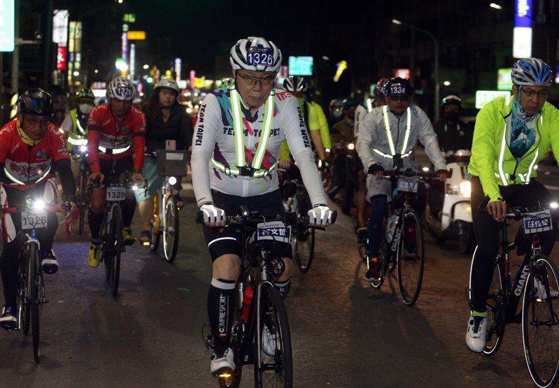 台北市長柯文哲騎單車挑戰「一日北高」,晚間進入高雄境內後,沿路有許多熱情的柯粉為他打氣。記者劉學聖/攝影