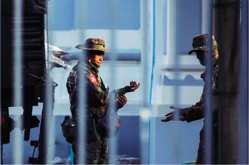 2月1日上午仰光市政廳的緬甸軍。 圖/路透社