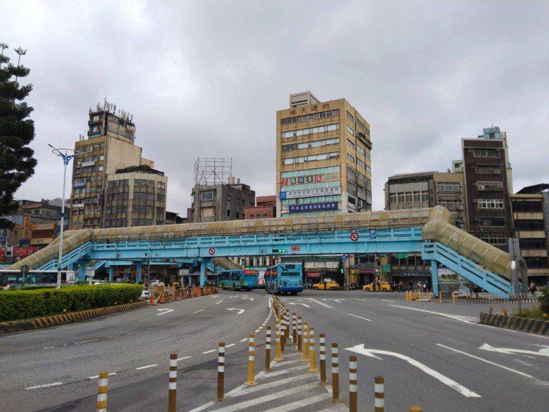 基隆市政府推動「國門廣場工程」,基隆火車站前許多人走過的站前人行陸橋,即將走入歷史。記者邱瑞杰/攝影