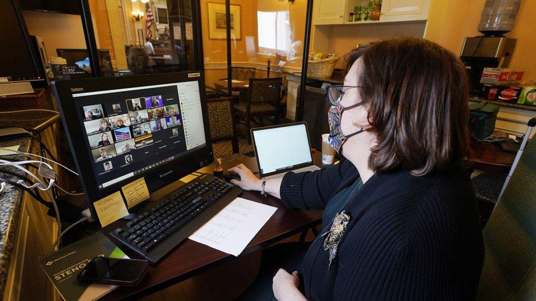 新冠疫情使得大批勞工在家遠距工作,運用Zoom等視訊平台與他人溝通,以致出現「Z...