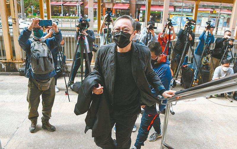 香港警方以「串謀顛覆國家政權罪」落案起訴、通宵扣留戴耀廷(圖中)等四十七人。(香港中通社)