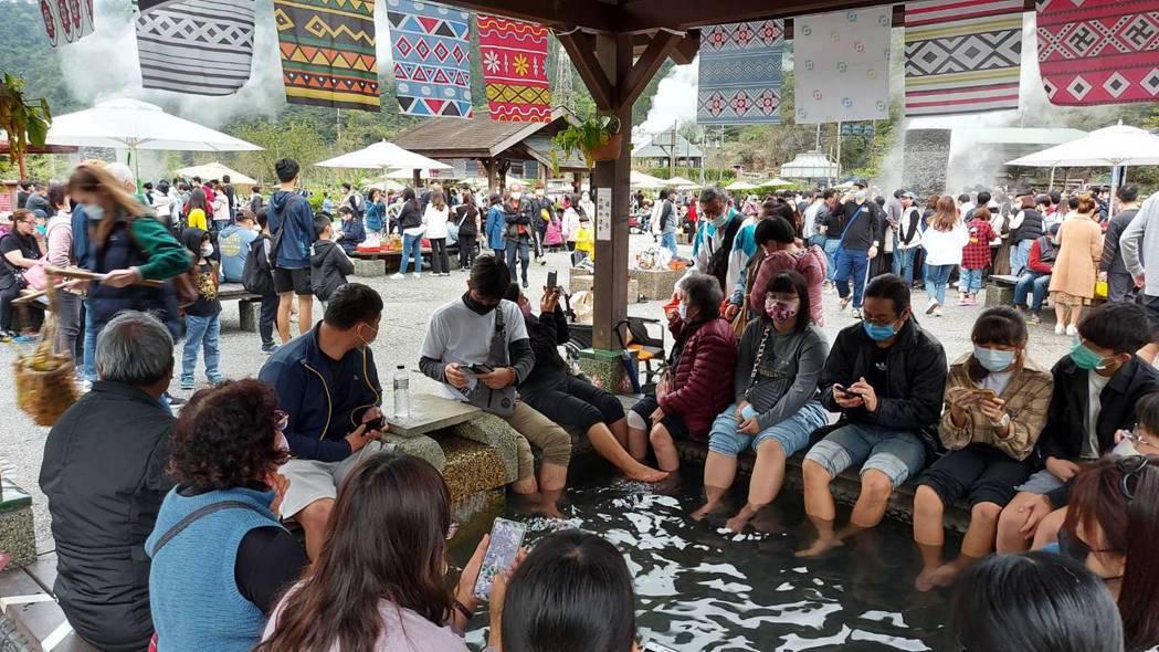 二二八連假,宜蘭清水地熱擠滿旅遊人潮。圖/宜蘭縣政府提供