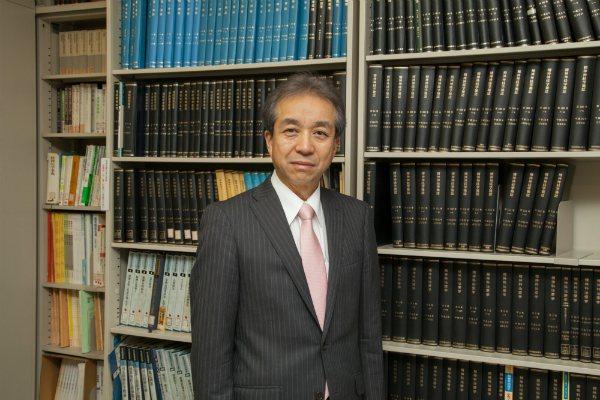 精神科出身,現為日本久留米大學校長的内村直尚。圖擷取自久留米大學官網
