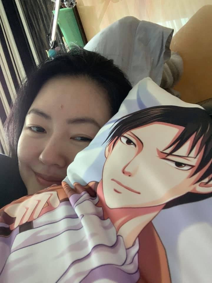 小S最近買了里維兵長的長型抱枕。 圖/擷自小S臉書