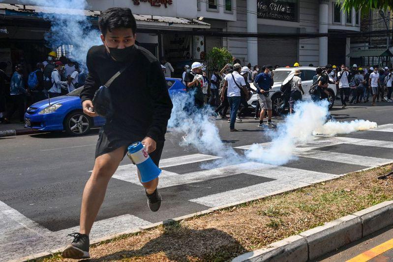 緬甸警方和軍方發射催淚瓦斯,驅散示威者。 法新社