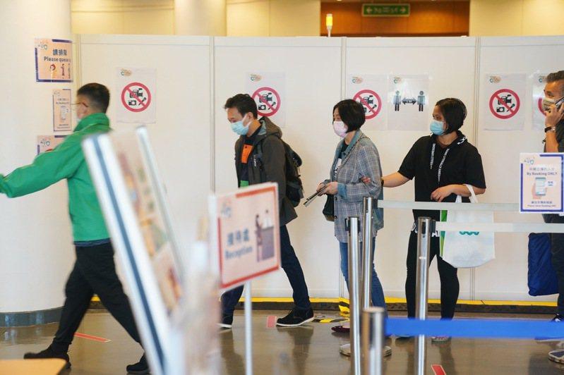 圖為社區疫苗接種中心內,香港市民排隊準備接種疫苗。新華社