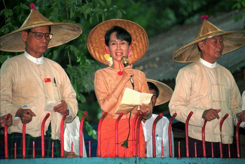 緬甸民選政府實質領袖翁山蘇姬(中)。 美聯社資料照