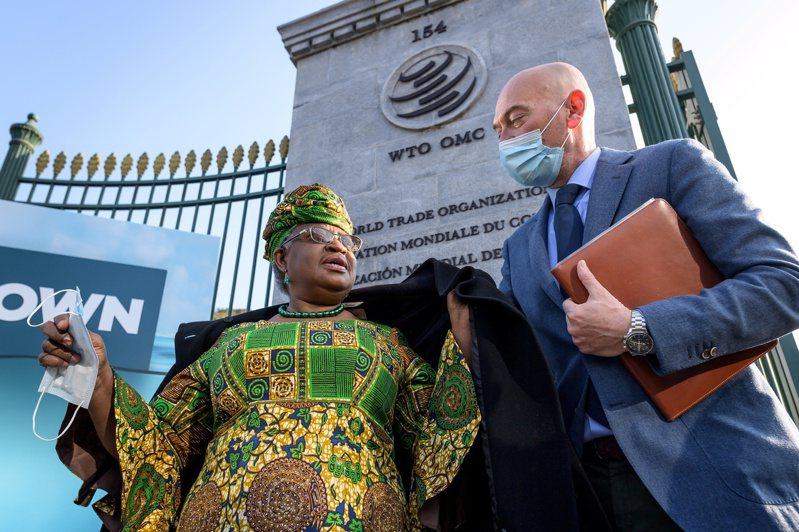 世界贸易组织首位女性暨非裔秘书长伊卫拉(左)。 路透社(photo:UDN)