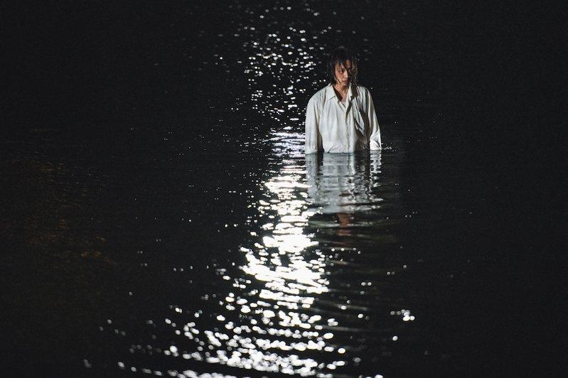 「削瘦的靈魂」以戲劇呈現七等生小說「我愛黑眼珠」的爭議畫面。圖/目宿媒體提供