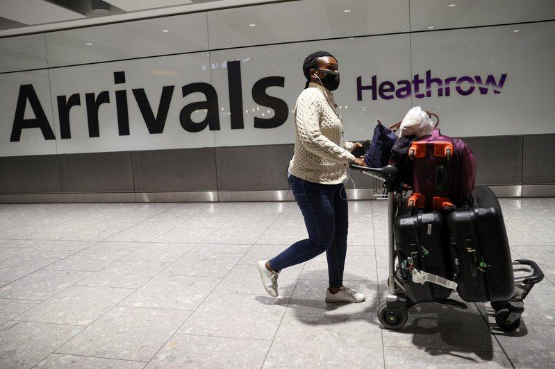 倫敦希斯洛機場將對每名離境旅客加收8.9英鎊(台幣345元)的「新冠稅」。路透
