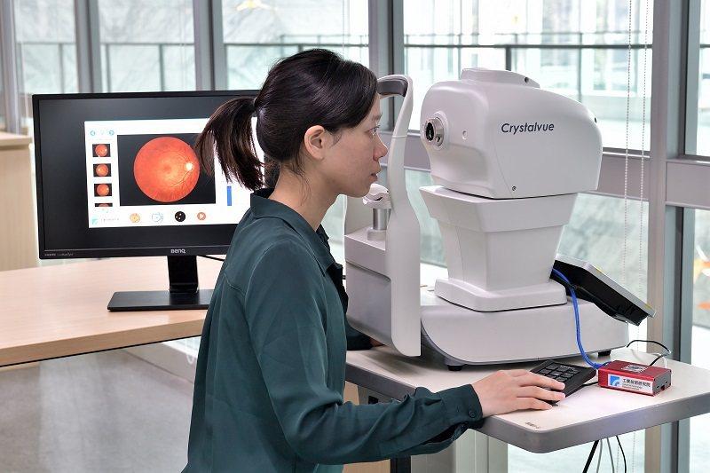 工研院獨家醫療影像識別技術「自助式輔助眼底攝影技術」,提供使用者一鍵式全自動眼底...