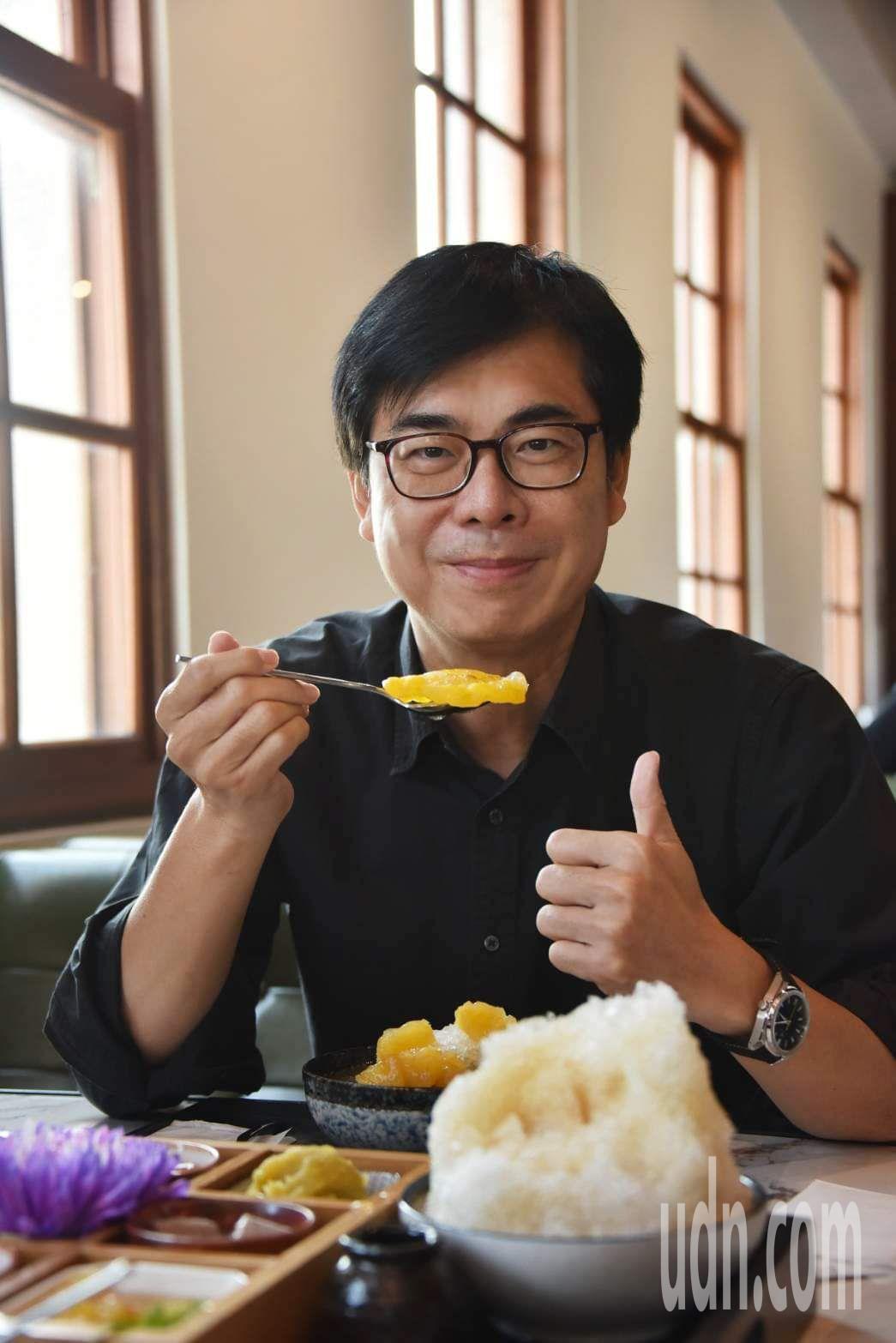 吃鳳梨挺農民成一股全民運動,高雄市長陳其邁大啖鳳梨冰。圖/取自陳其邁臉書