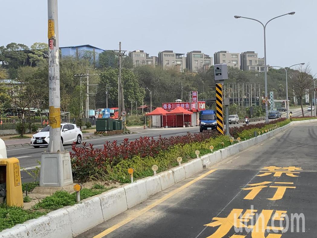 新竹縣政府警察局在竹北市自強北路與十興路口增設取締設備。記者陳斯穎/攝影