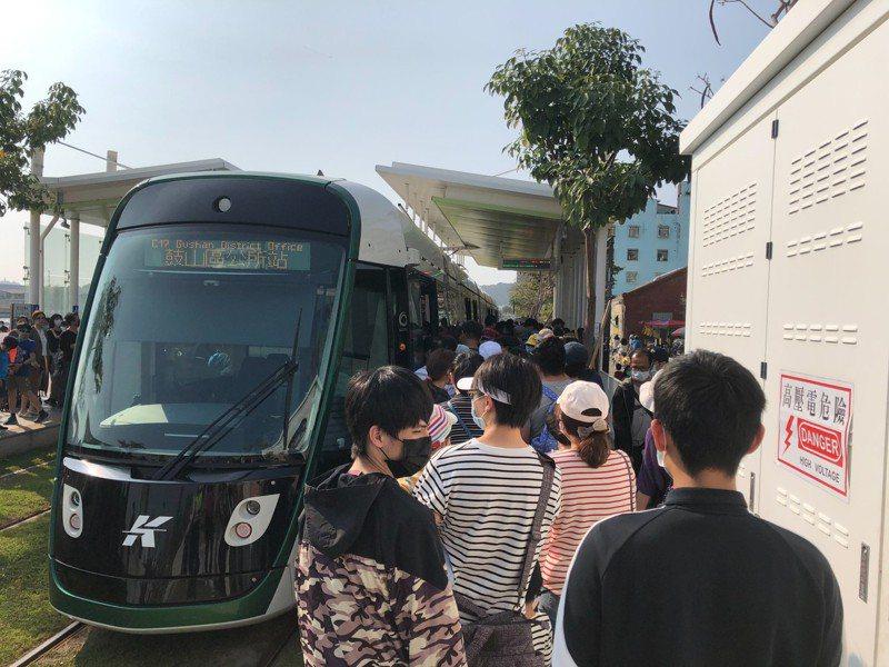 高雄輕軌228連假人潮明顯增多。圖/高雄捷運公司提供