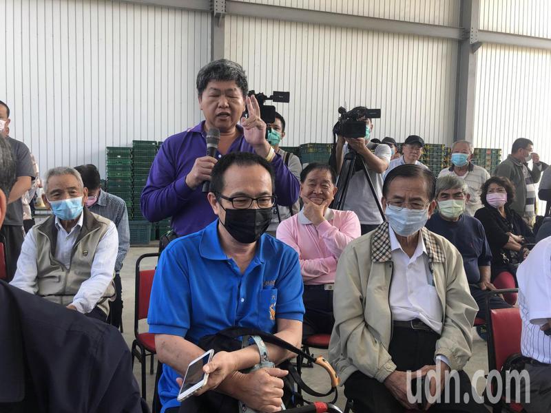 國民黨主席江啟臣到台南關廟與鳳梨農座談,農民反映未見具體紓困方案。記者周宗禎/攝影