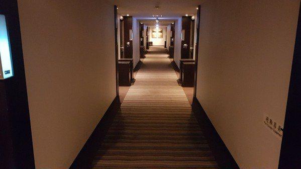 防疫旅館會在房間門口放櫃子,方便擺置餐食,減少人員接觸。圖/西子灣大飯店愛河館提...