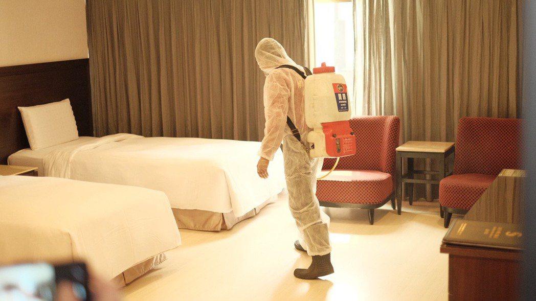 徹底清消是防疫旅館重要一環,客人退房後至少淨空4小時才進場消毒、打掃。圖/西子灣...