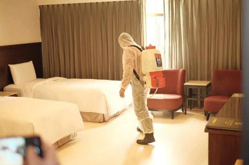 徹底清消是防疫旅館重要一環,客人退房後至少淨空4小時才進場消毒、打掃。圖/西子灣大飯店愛河館提供