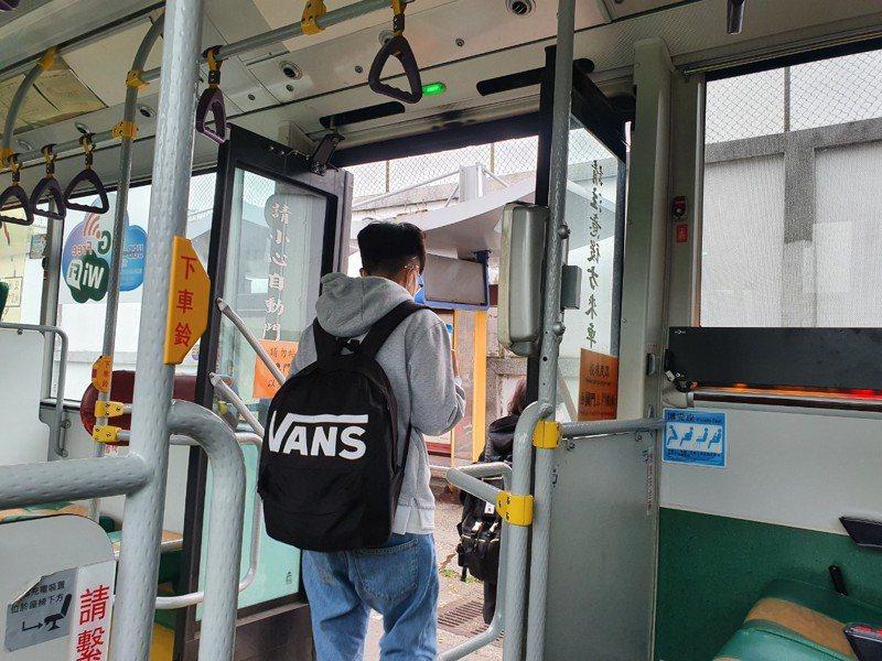 桃園市民抱怨,「明明公車後面也有刷卡機,為何都只開前門?」,桃園市交通局自去年1月起宣布,不經高速公路的低地板公車都需開啟後門,施行1年多至今開罰16件。記者陳夢茹/攝影