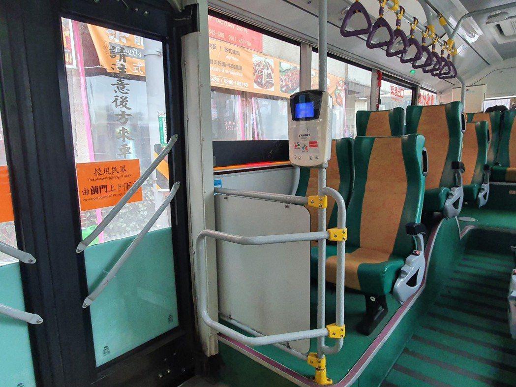 桃園市民抱怨,「明明公車後面也有刷卡機,為何都只開前門?」,桃園市交通局自去年1...