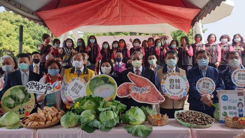 雲林縣長張麗善(前排中間)今率市府團隊至台北希望廣場農民市集推廣雲林農特產品。記者胡瑞玲/攝影