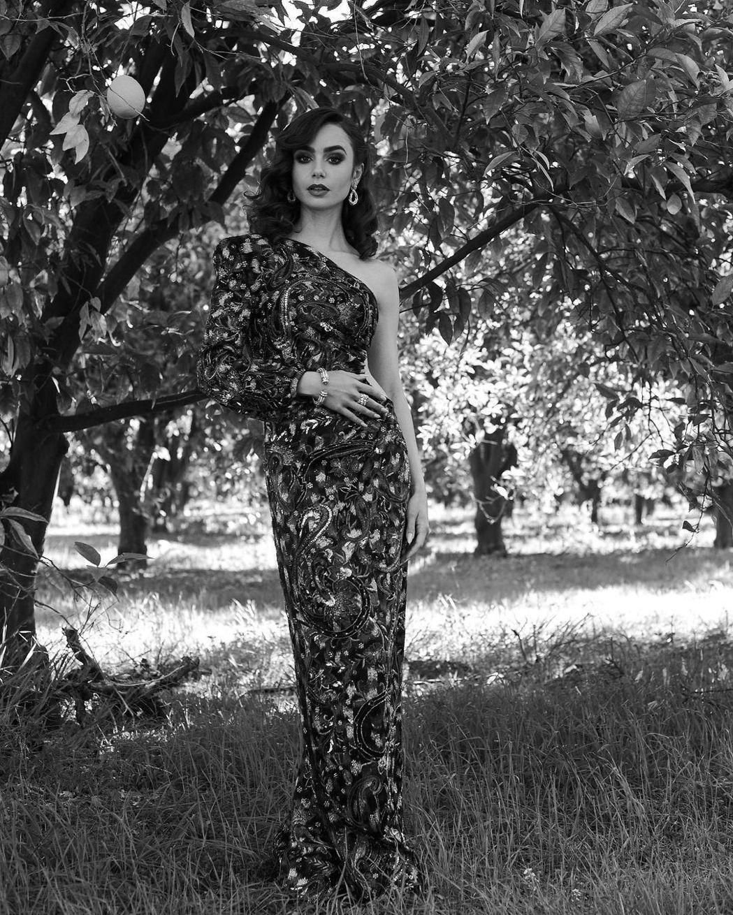 穿上Saint Laurent刺繡禮服的莉莉柯林斯,不對稱的剪裁露單肩和腰部線條...