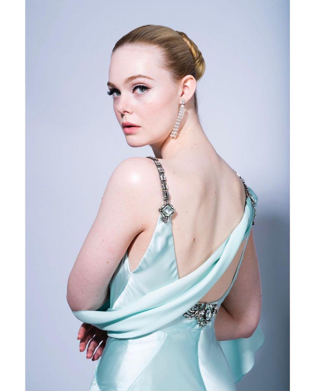 艾兒芬妮的Gucci緞面禮服同樣也流露復古女神魅力。圖/摘自IG
