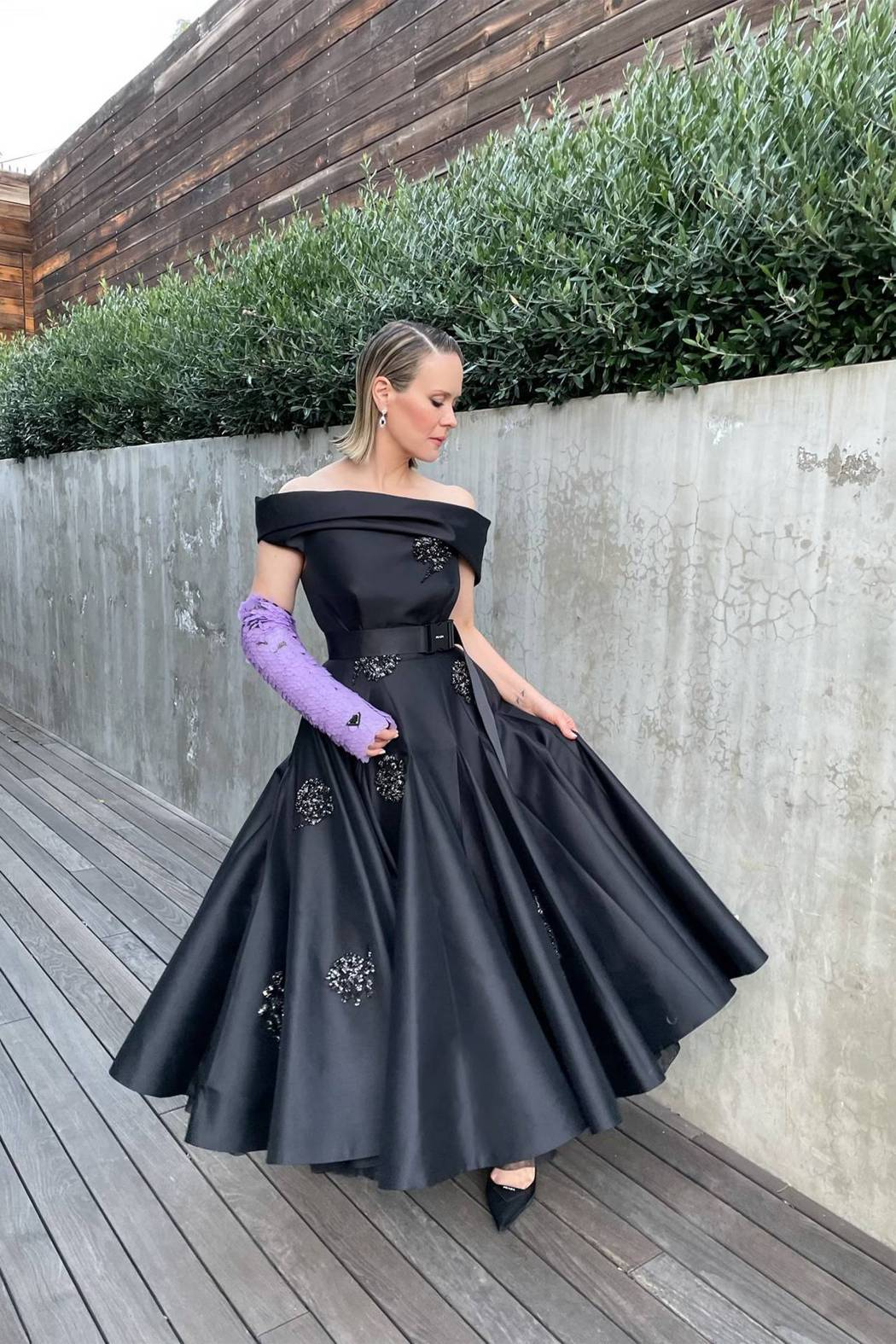 莎拉保羅森穿Prada蓬裙,就連手上的石膏都是出自品牌設計,還看得到經典的三角L...