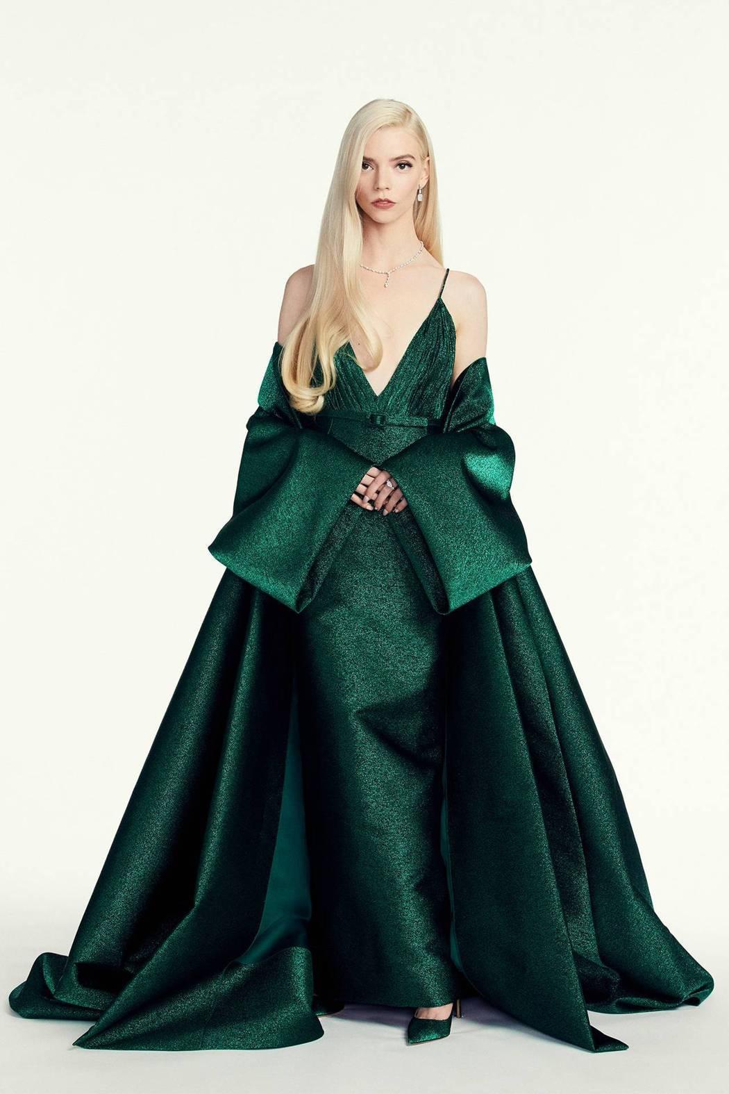 安雅泰勒喬伊穿Dior的綠色禮服展現古典隆重的姿態,展現宛如好萊塢黃金年代的時代...