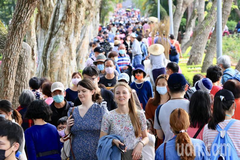 228連假最後一天,台北市士林官邸鬱金香展,湧入大批人潮賞花,市政府發布紅色警示,門口出現排隊入場狀況,內部人潮也十分密集。記者林伯東/攝影
