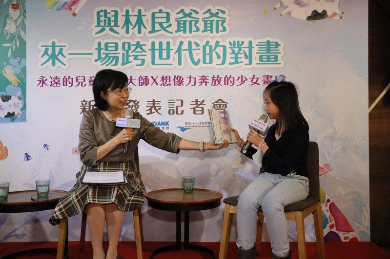 新書發表記者會上,國語日報主編林瑋請黃妍熙讀詩集,並分享創作過程。圖/新竹縣政府提供