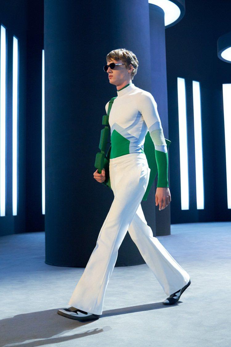 光澤強烈的皮革外套、貼身如第二層肌膚的上衣讓人想起科幻電影中常出現的戰服與胎衣。...