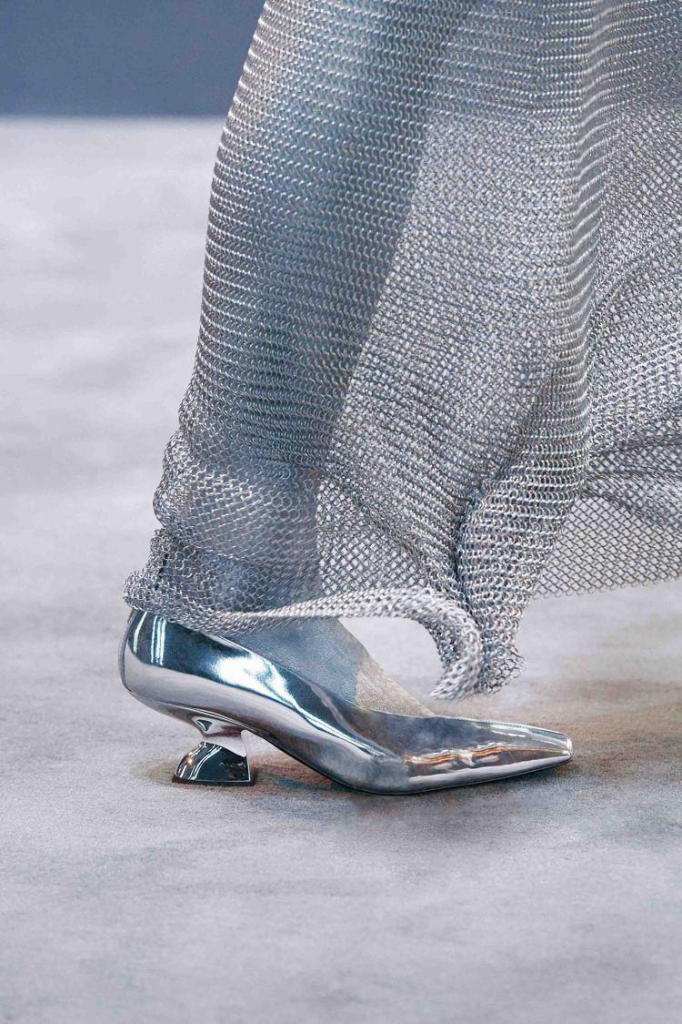 一系列金屬細節、運動風鞋款像是標誌性F楔形跟鞋、太空機車靴也注入了帥氣個性。圖/...