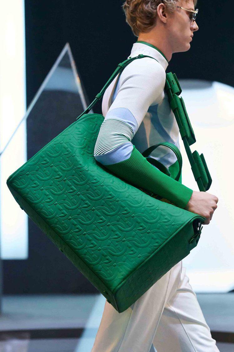 各式包款也配上濃郁色調,因應多元造型需求,網羅巨大及迷你尺寸。圖/Salvato...