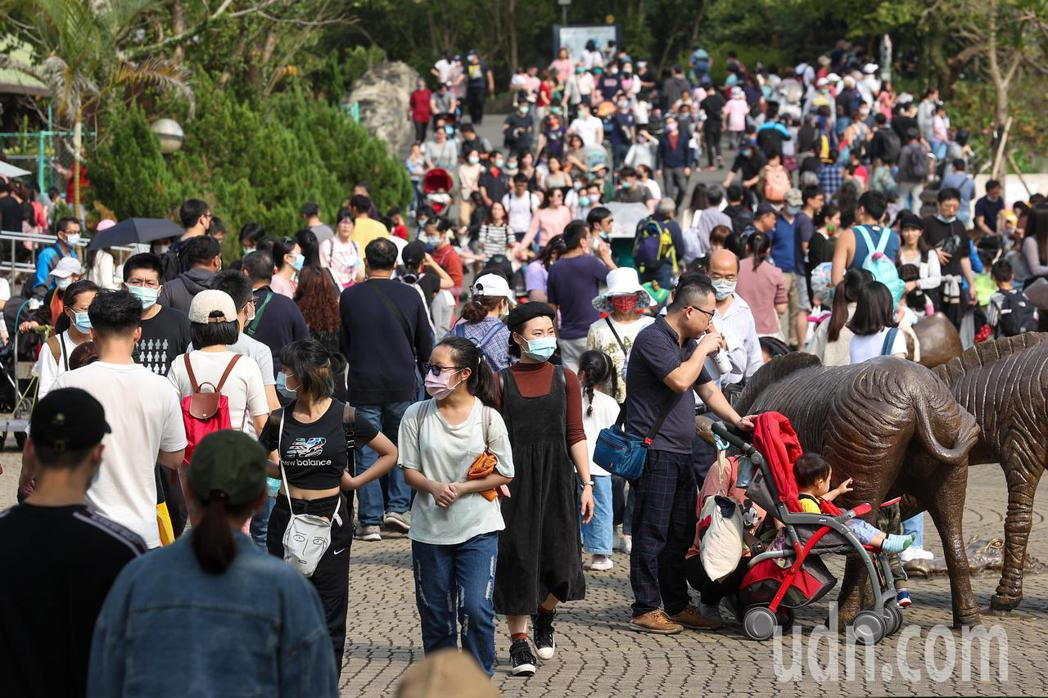 今天適逢二二八連假最後一天,台北市立動物園今天也是人潮爆滿。記者季相儒/攝影