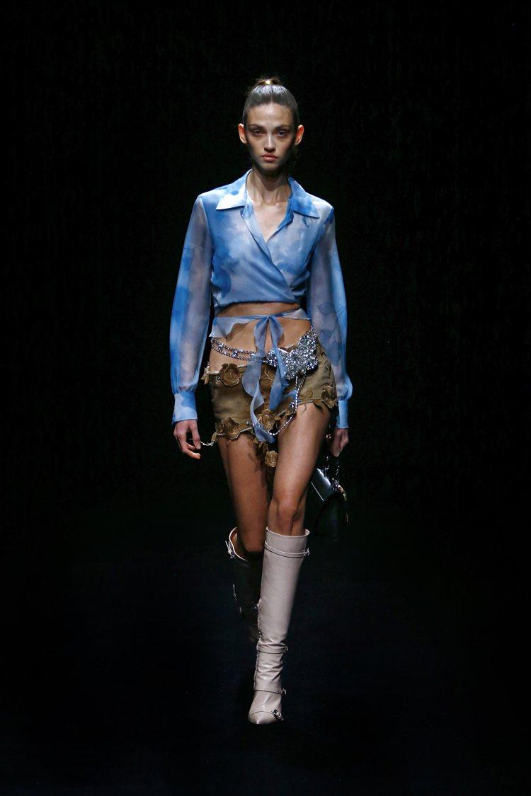 一系列Y2K風格低腰設計讓時光瞬間倒帶,帶點甜美浪漫的荷葉邊、蕾絲裝飾配上熱鬧的...