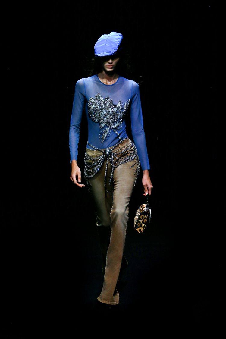 閃亮亮的鑽飾、皮草元素,點綴專屬那個年代流行穿搭的輕巧奢華感。圖/Blumari...