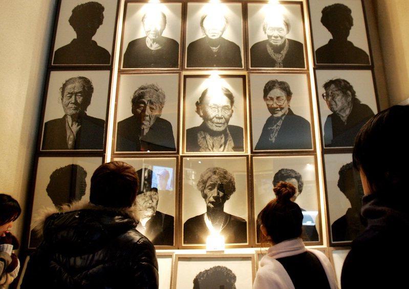 南韓光州慰安婦紀念館懸掛多名已過世慰安婦遺照。美聯社