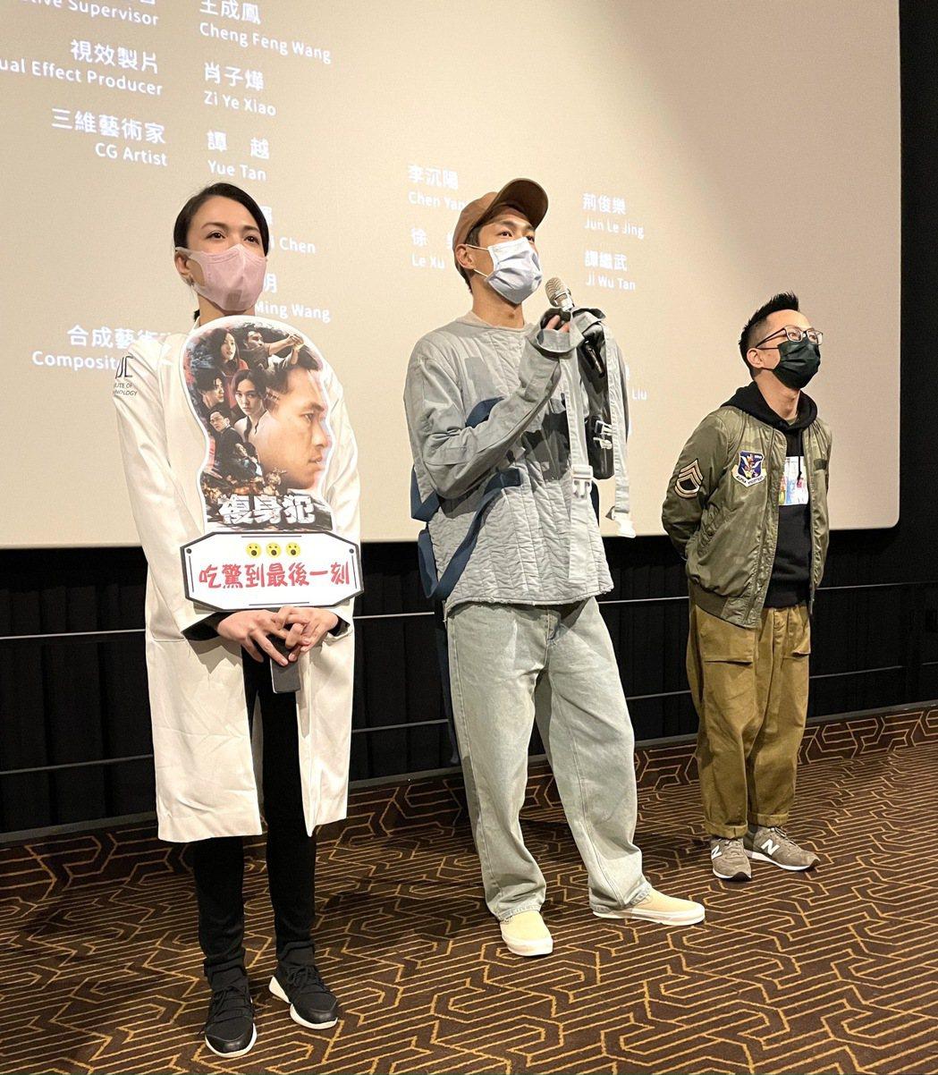 楊祐寧(中)、張榕容(左)穿戲服現身戲院和觀眾交流。圖/牽猴子提供