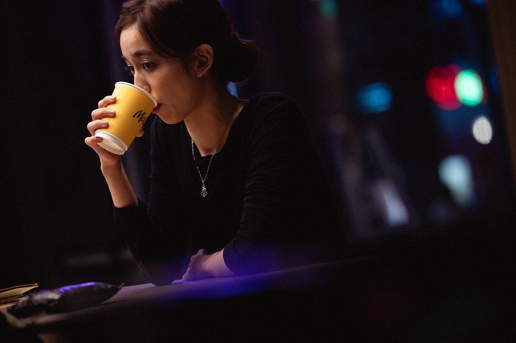 陳庭妮在「從喝杯咖啡開始」迷你劇集中飾演咖啡師。圖/麥當勞McCafé提供