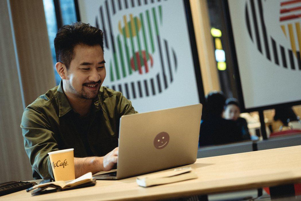 黃健瑋在「從喝杯咖啡開始」迷你劇集中飾演作家。圖/麥當勞McCafé提供