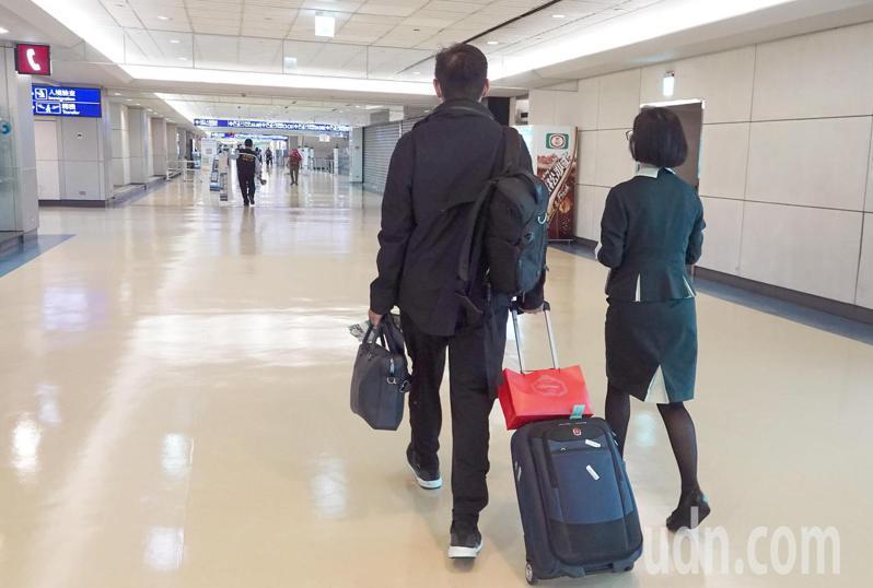 中央流行疫情指揮中心對桃園機場旅客過境轉機的禁令從1日零時起解封,首日僅有4名旅客從亞洲航點過境轉機到北美,航空公司地勤人員依照防疫規定由專人引導。記者陳嘉寧/攝影